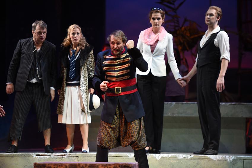 Johannes Preißinger (Pedrillo), Thorsten Gümbel (Osmin), Sibylla Duffe (Blonde), Adela Zaharia (Konstanze), Jussi Myllys (Belmonte). Foto: Hans Jörg Michel.