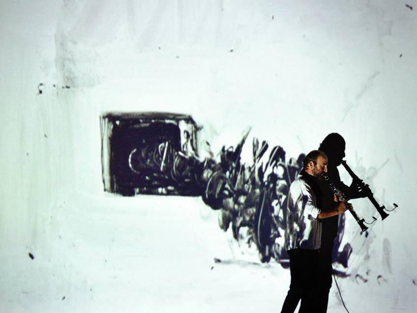 Eingebunden in die visuelle Kunst von Kevork Mourad: Kinan Azmeh  mit seiner Klarinette. Foto: Ingrid Töteberg.