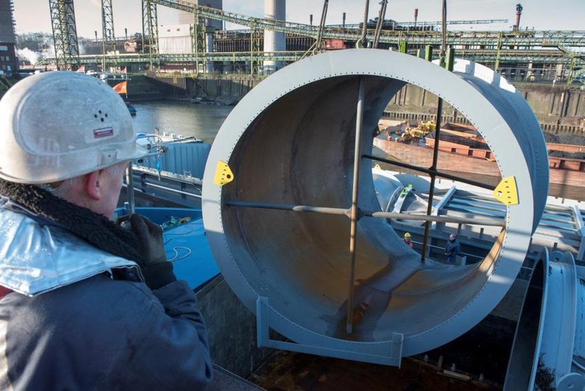 Am Haken: Im Hafen Schwelgern - mit der Kokerei im Hintergrund - wurden die Frachtschiffe, die jeweils rund 200 Tonnen Material transportiert hatten, entladen. Foto: TKSE.