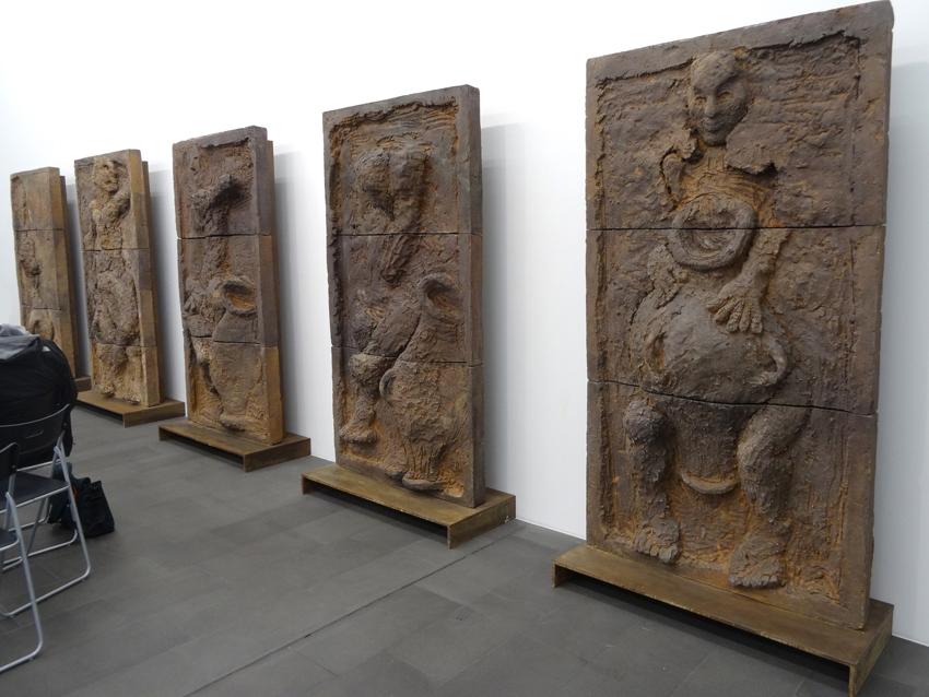 """Markus Lüpertz: Die """"Toten Tanz""""-Reliefs (1989-1990). Foto: Petra Grünendahl."""