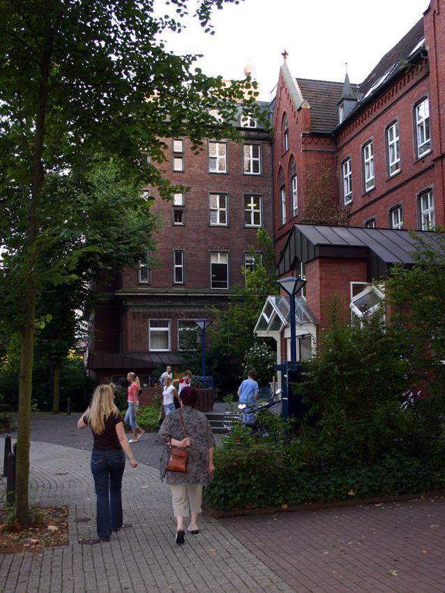 Haupteingang vom St. Barbara-Hospital in Duisburg an der Barbarastraße, Ecke Schroerstraße 2006. Foto: BlackIceNRW (CC BY-SA 3.0).