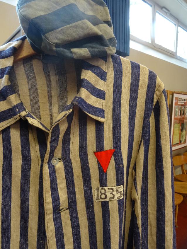 """Originale KZ-Uniform: Die Streifen sind dünner und durchgewebt, dass entkommene Häftlinge mit """"auf links"""" gewendeten Jacken immer noch erkannt wurden. Foto: Petra Grünendahl."""