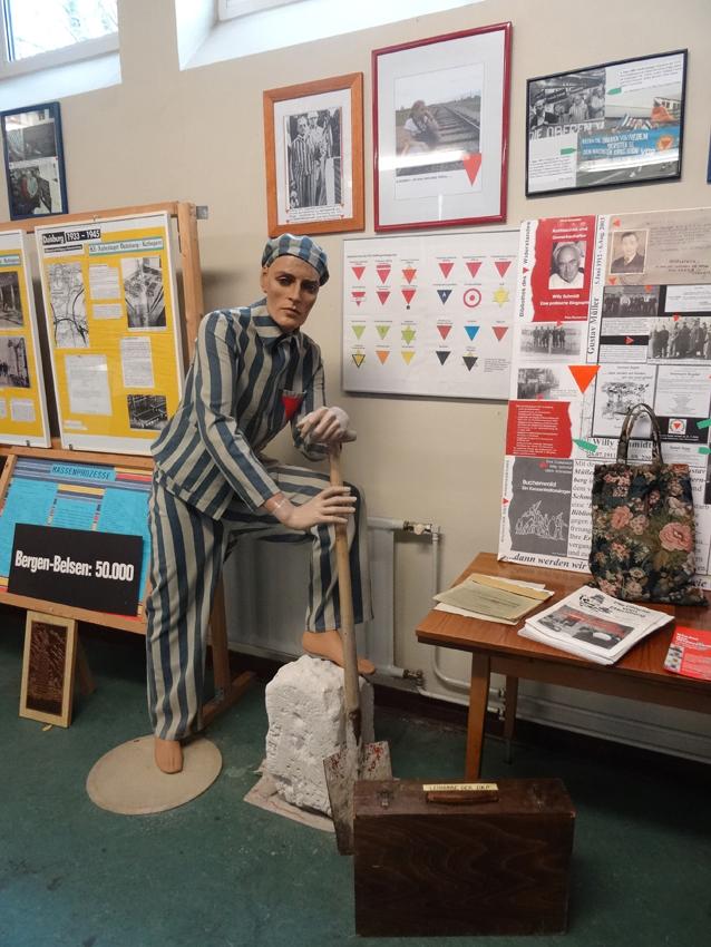 Die Dauerausstellung der VVN / BdA an der Grundschule Wrangelstraße. Foto: Petra Grünendahl.