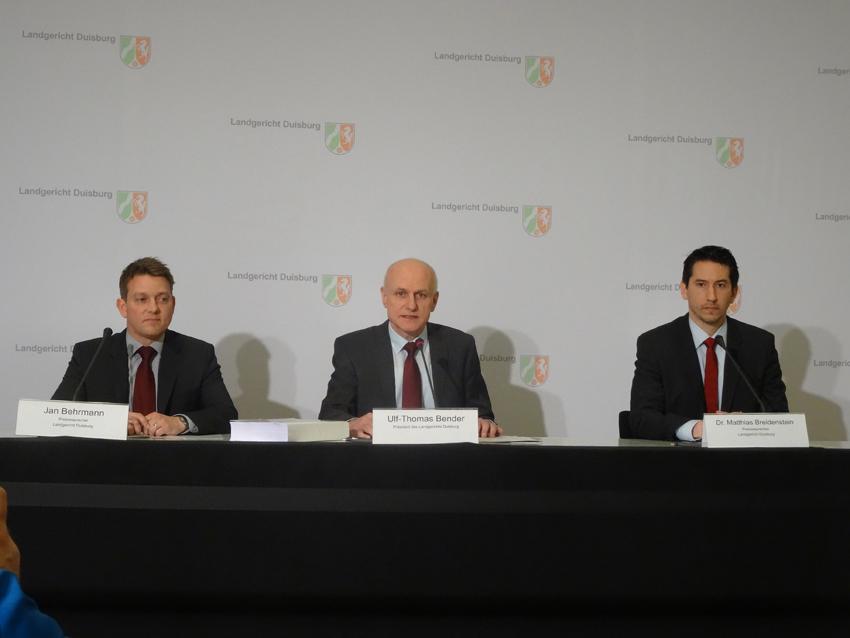 Landgerichtspräsident Ulf-Thomas Bender (m.) eingerahmt von den Pressesprechern Jan Behrman (l.) und Dr. Matthias Breidenstein. Foto: Petra Grünendahl.