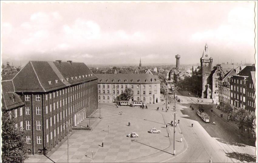 Amtsgericht Hamborn mit Vorplatz und Rathaus um 1955: Duisburger Denkmalthemen Heft 11. Quelle: Stadtarchiv Duisburg.