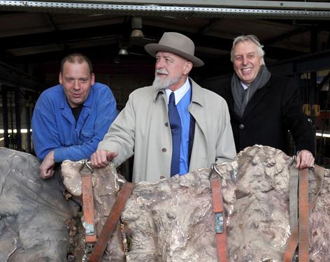 Prof. Markus Lüpertz (Mitte) und Erich Staake, Vorstandsvorsitzender der Duisburger Hafen AG (rechts). Foto: Rolf Köppen / duisport.