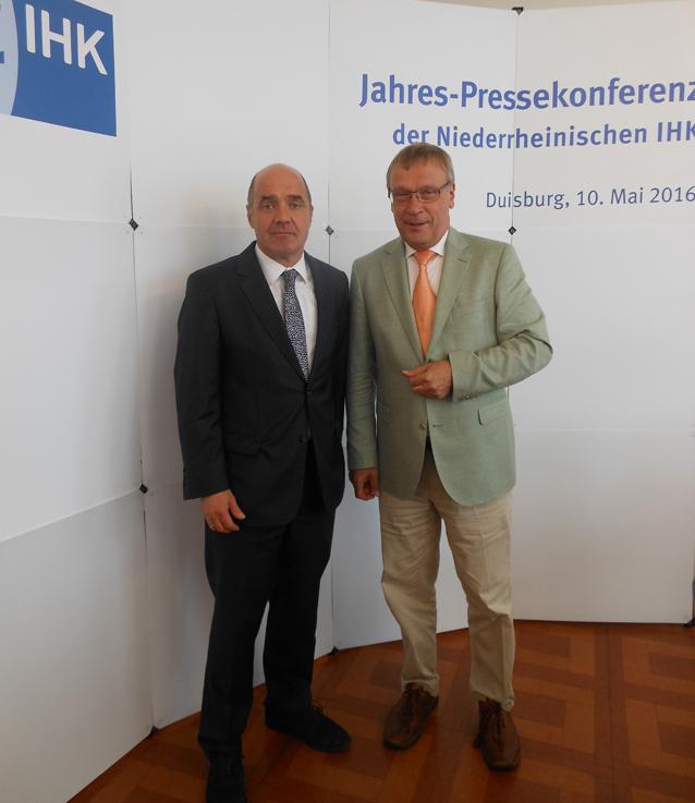 Hauptgeschäftführer Dr. Stefan Dietzfelbinger (l.) und IHK-Präsident Burkhard Landers (r.). Foto: Petra Grünendahl.