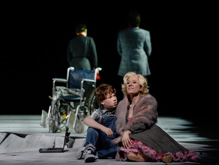 "Elliott Carters ""What next?"": vorne David Chestnut (Kid 1), Heidi Elisabeth Meier (Rose), hinten Romana Noack (Mama), Corby Welch (Zen). Foto: Hans Jörg Michel."