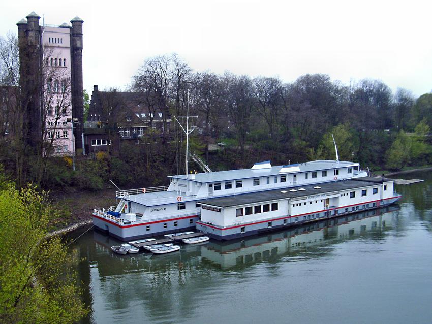 Im Homberger Stadthafen lagen 2012 noch zwei Schulschiffe vor Anker: die Rhein I und die Rhein II. Foto: Petra Grünendahl.