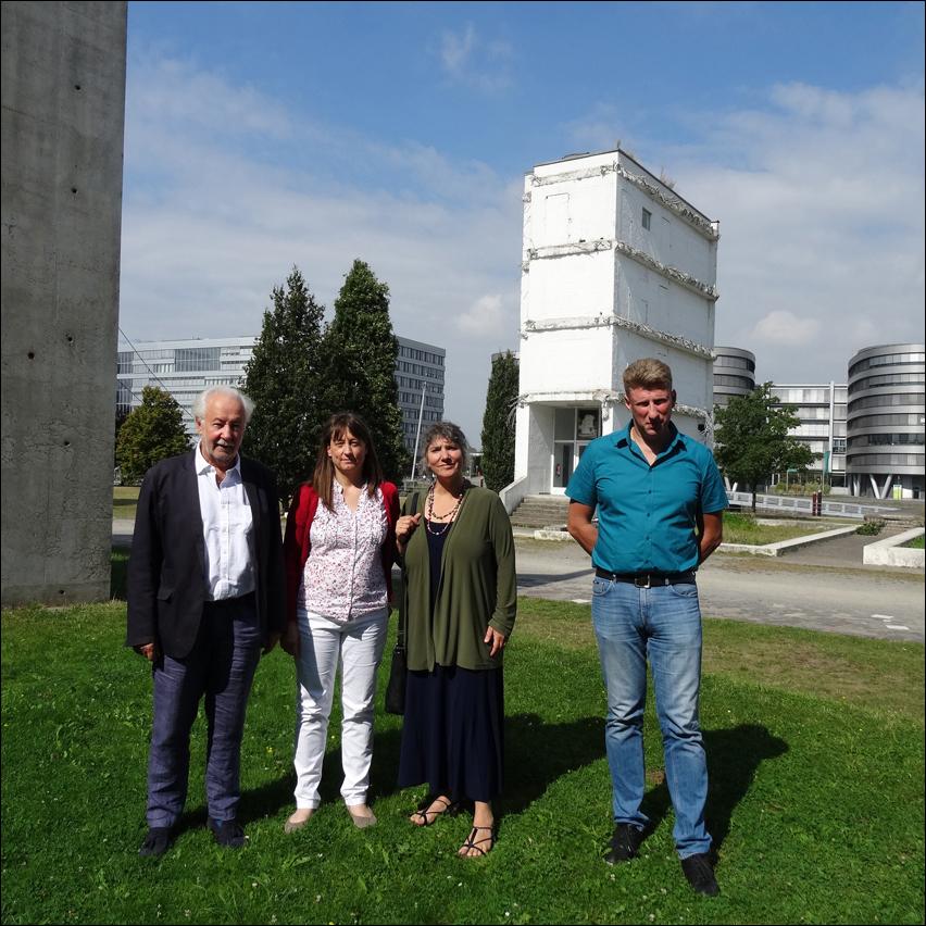 Im Hintergrund der Ludwigturm im Garten der Erinnerung, vorne von links: Privatdozent Dr. Ludger Joseph Heid, Heike Kaminski, Stacey BLatt und Dimitrij Yegudin. Foto: Petra Grünendahl.