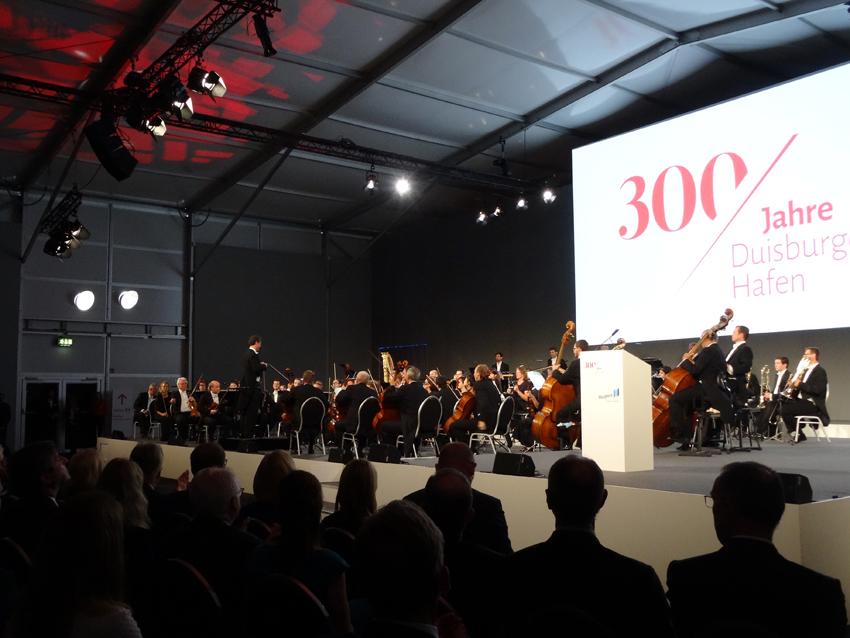 Die Duisburger Philharmoniker beim Festakt zum 300-jährigen Hafenjubiläum. Foto: Petra Grünendahl.