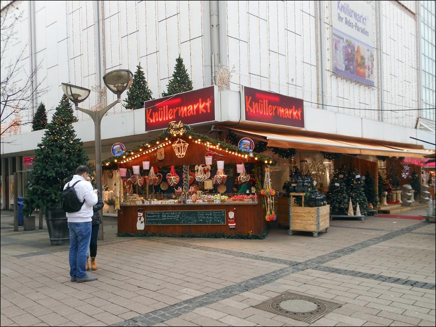 Bis in die Münzstraße reicht der Weihnachtsmarkt schon lüänger (hier Dezember 2013), in diesem Jahr präsentiert sich die Altstadt erstmals mit eigenständigem Konzept. Foto: Petra Grünendahl.