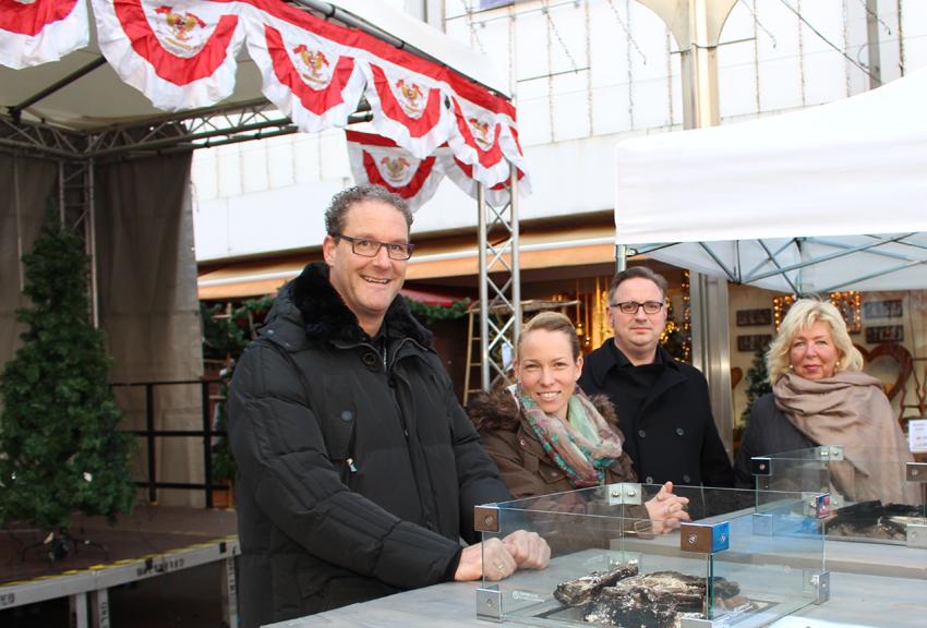 Kooperationspartner des Wintermarktes in der Altstadt (v.l.): Marco Toszkowski (Stadtwerke Duisburg AG), Yvonne Bleidorn (Quartiersbüro Altstadt), Lars Hoffmann (City Electronicer) und Dagmar Bungardt (City-Management Duisburg e.V.), Foto: Francesco Mannarino / GFW Duisburg.