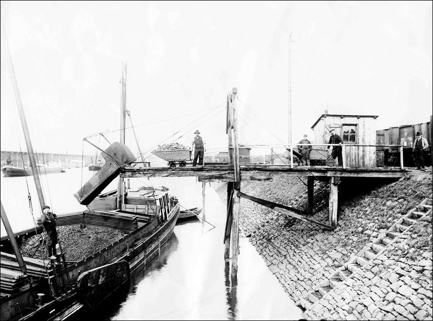 Loren und Schüttrinnen erleichterten die Kohleverladung im 19. Jahrhundert. Foto: Duisburger Hafen AG.