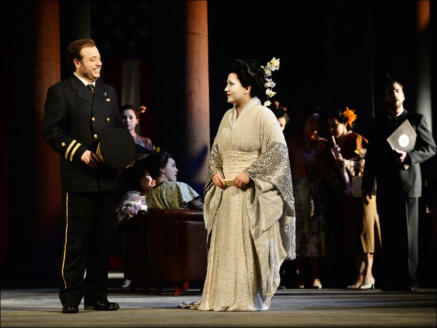 Eduardo Aladrén (Pinkerton), Liana Aleksanyan (Cio-Cio-San), Chor. Foto: Hans Jörg Michel.