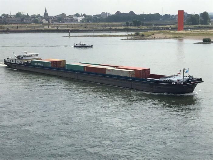Duisburg: neska richtet Wassertaxi für Containertransport ein