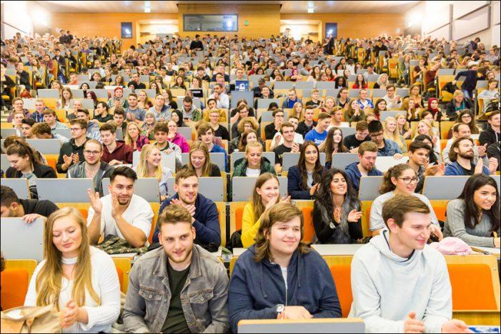 Universität Duisburg-Essen (UDE) begrüßt Erstsemester
