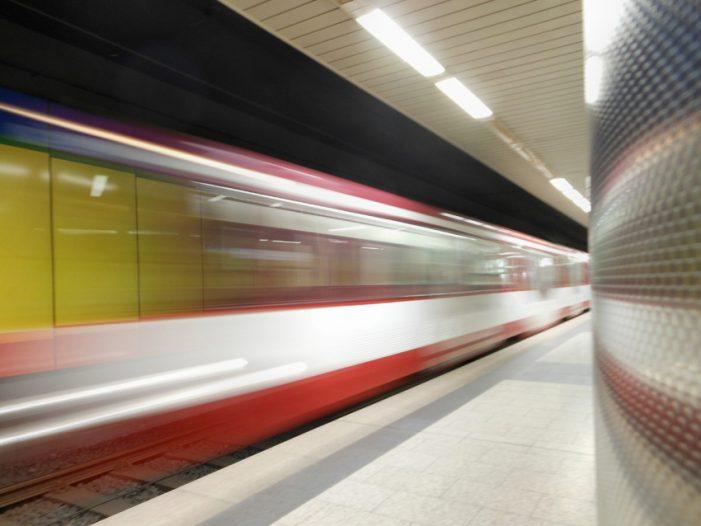 Duisburger Verkehrsgesellschaft testet die erste neue Bahn auf der Strecke