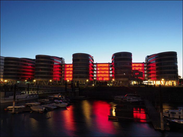 Die Five Boats im Duisburger Innenhafen strahlen rot wie Blut: Novitas BKK leuchtet für Leukämiepatienten