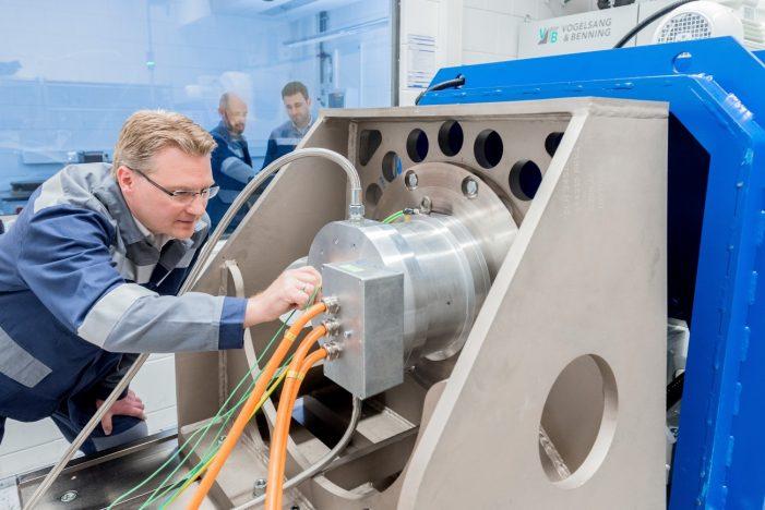 Hightech-Werkstoff von thyssenkrupp in Duisburg schafft Energieeffizienz: Elektroband des Stahlherstellers trägt zu erfolgreicher Energiewende bei