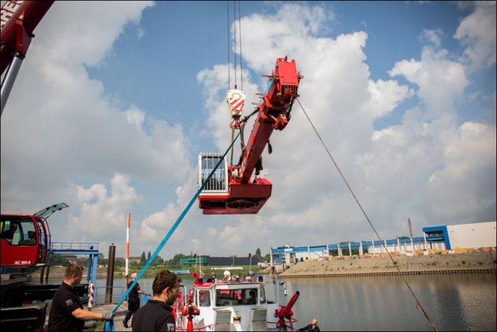 Feuerwehr Duisburg montiert runderneuerten Kran auf dem Feuerlöschboot