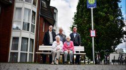 DVG errichtet Schein-Bushaltestelle für Demenzkranke in Duisburg-Röttgersbach