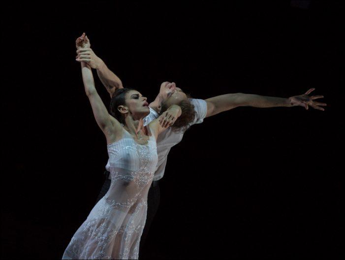"""Ballett am Rhein begeisterte mit Martin Schläpfers """"Schwanensee"""" bei der Premiere im Theater Duisburg"""