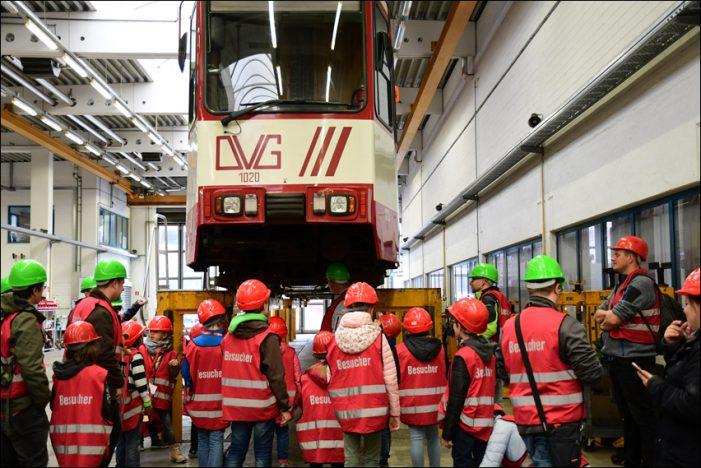 Türöffner-Tag in Duisburg: 50 Kinder erkundeten den Straßenbahn-Betriebshof der DVG