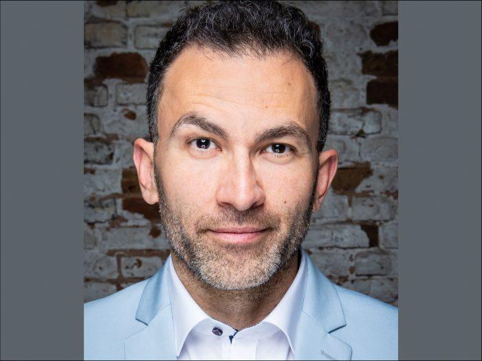 """Wieder """"Comedy gegen Rechts"""" in Duisburg: Fatih Çevikkollu stellt drei Nachwuchs Comedians vor"""