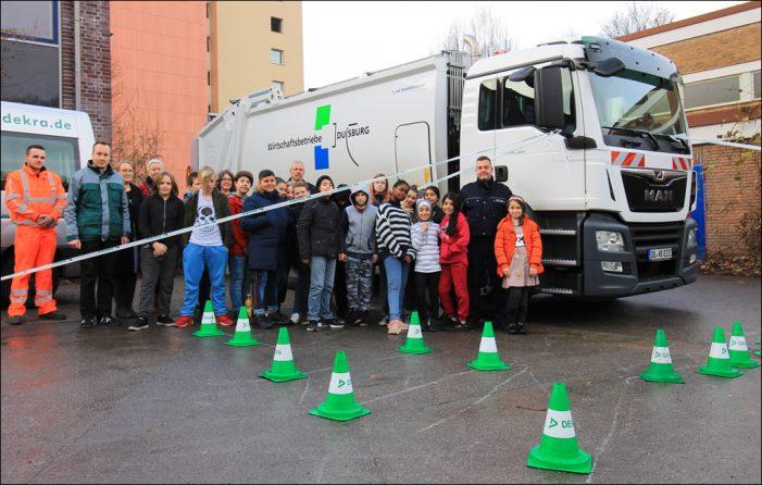 Toter Winkel bei Nutzfahrzeugen: Schulungen für ein aufmerksames Miteinander im Straßenverkehr