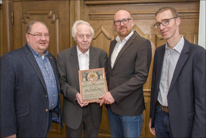 Rathauseinweihung 1902: Historische Festschrift zum Duisburger Rathaus übergeben