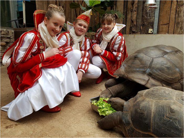 Zoo Duisburg: Prinz Marvin II., Prinzessin Alina I. und Page Annika besuchen ihre Lieblingstiere