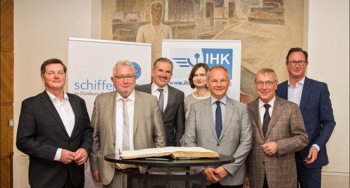 In der Hauptstadt der Binnenschifffahrt: Bundestagsabgeordnete informieren sich über Belange der Branche