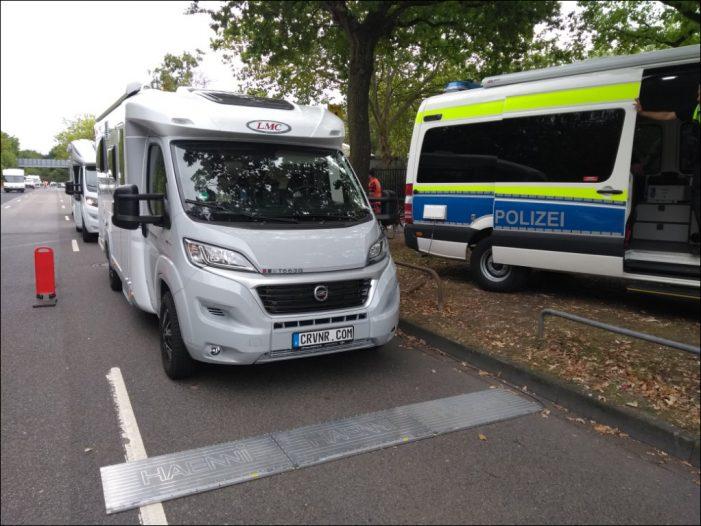 Polizei wiegt Freizeitfahrzeuge auf dem Caravan Salon: Ein Drittel überladen