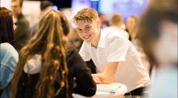 Auf ein Date mit dem zukünftigen Arbeitgeber: Über 400 Jugendliche beim Azubi-Speed-Dating