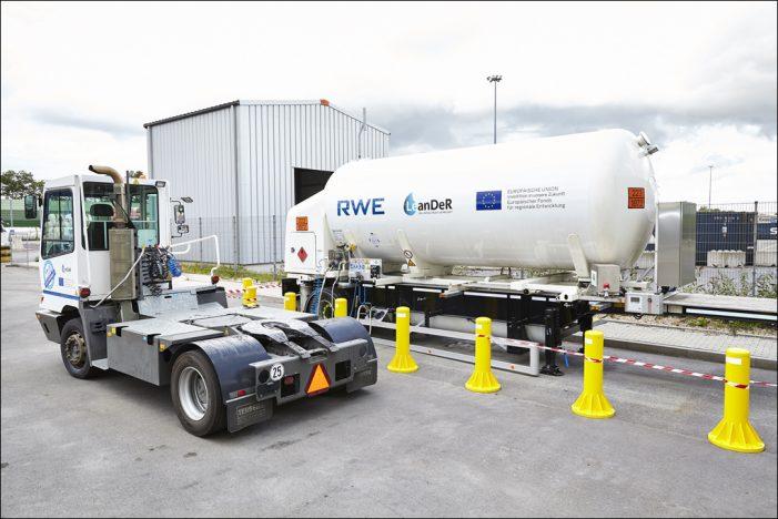 Cool mit flüssigem Erdgas im Duisburger Hafen: RWE und duisport weihen LNG-Tankstelle ein