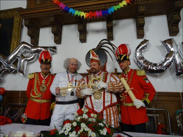 Prinzenfrühstück im Rathaus: Duisburgs OB Sören Link übergab Sascha I. die Schlüsselgewalt