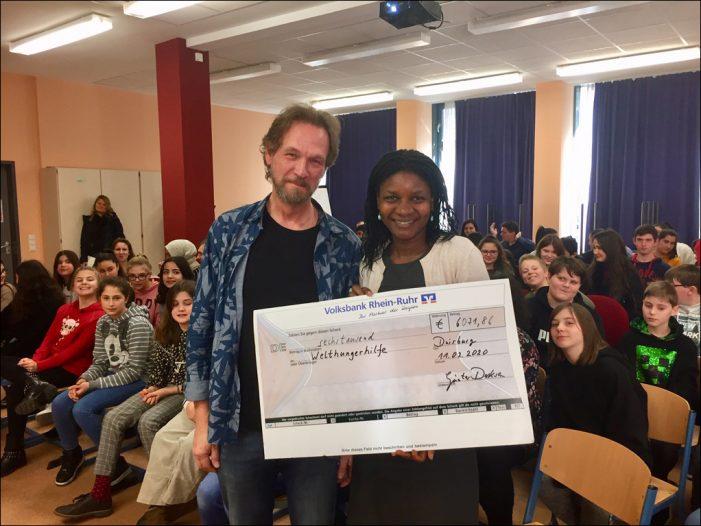 Heinrich-Heine-Gesamtschule Rheinhausen: Übergabe der Einnahmen zur Welthungerhilfe-Aktion