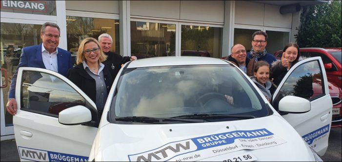 Lions Club Duisburg-Concordia: Strahlender Hauptgewinner des Sport-Adventskalenders nimmt Auto in Empfang