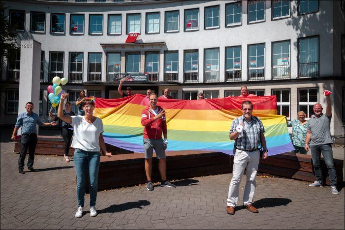 Duisburger DGB-Gewerkschaften und Vertreter des Christopher Street Day zeigen Flagge