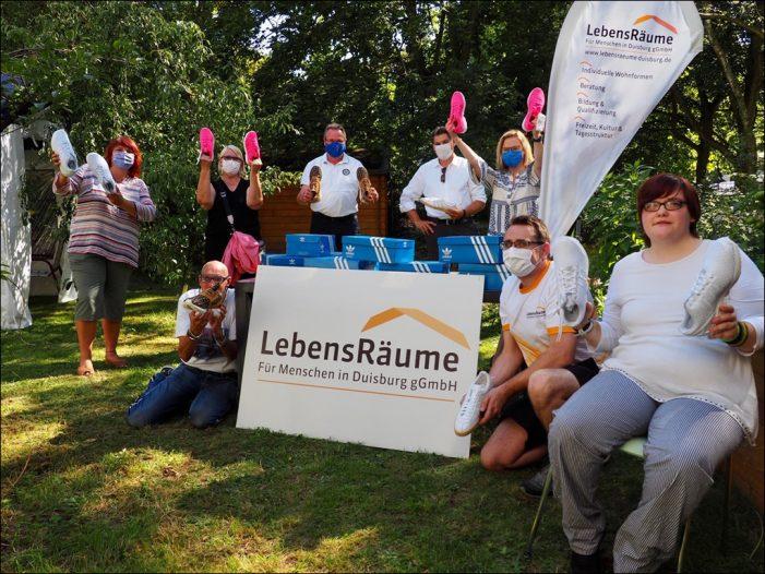 Lions von Duisburg-Concordia übergeben Sportschuhe an Menschen mit Behinderung