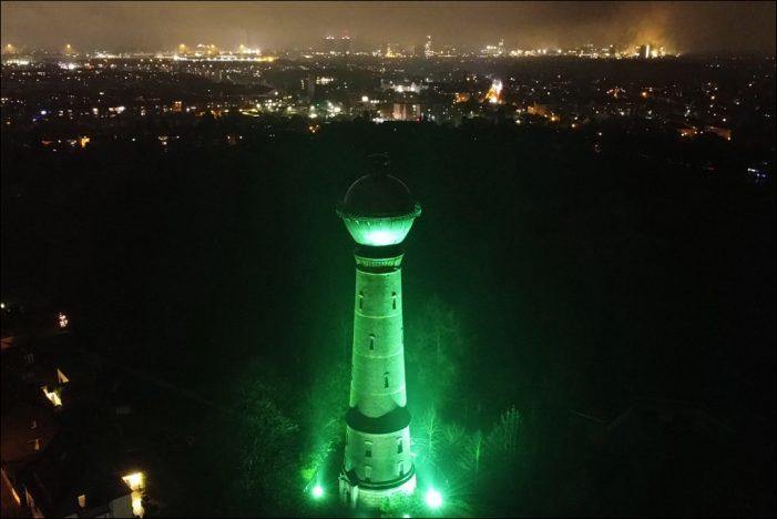 Duisburg: Wasserturm in Bergheim erstrahlt auch im Winter 2020/21 in stimmungsvollem Grün