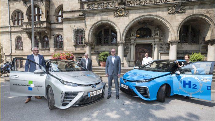 Toyota übergibt der Stadt und den Wirtschaftsbetrieben Duisburg zwei Wasserstoffautos