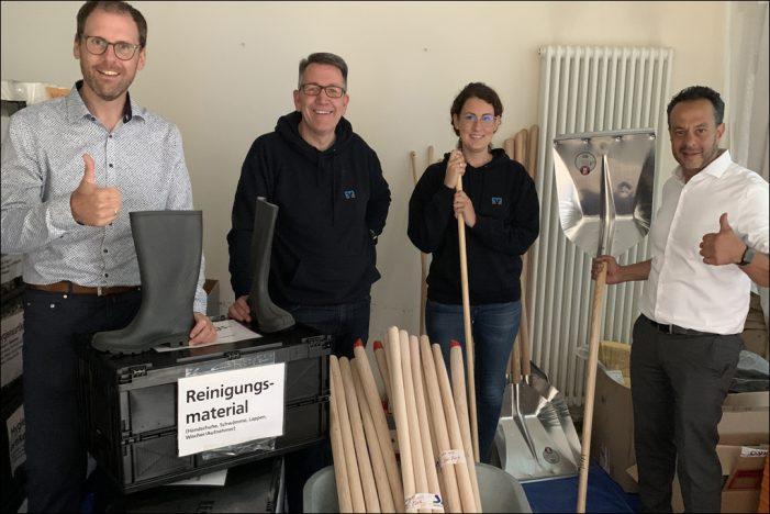 Mitarbeiter der Volksbank Rhein-Ruhr in Duisburg übergeben Sachspenden an die Volksbank RheinAhrEifel