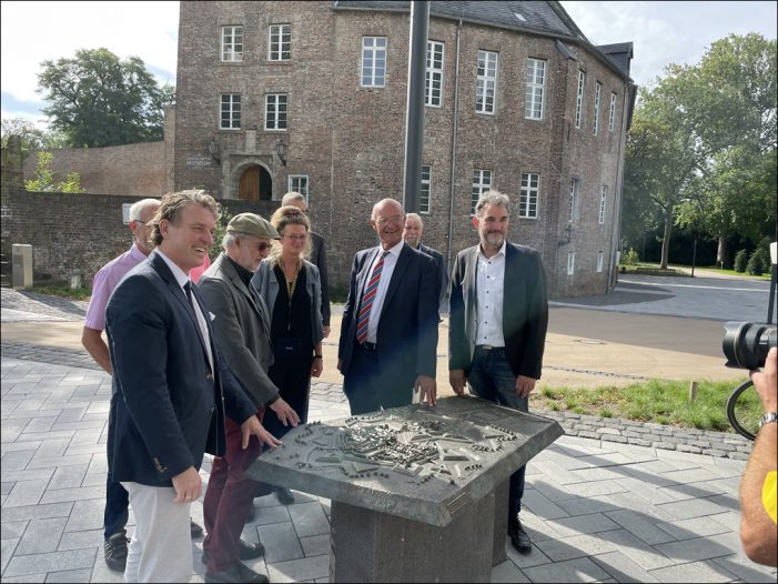 Auf dem Platz vor dem Schloss: Moers feiert sein Bronze-Relief