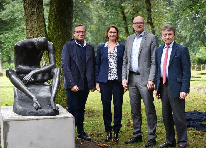 "Duisburg: Lehmbrucks ""Sitzender Jüngling"" kehrte auf den Ehrenfriedhof am Kaiserberg zurück"